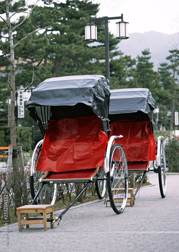 Fotografia, Obraz Japanese old and traditional tourist red and black rickshaw
