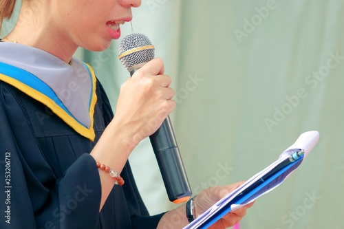Fotografía  close up Graduates hand hold microphone master of ceremony annousment