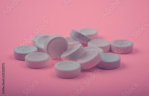 Fotografia  Many Tablets (pills) on pink color background.