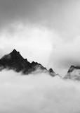Pasmo górskie Kinner Kailash zerkające przez ciężkie chmury - 253238182