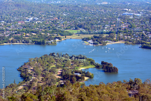 Foto  Aerial landscape view of Lake Burley Griffin in  Canberra the capital city of Au