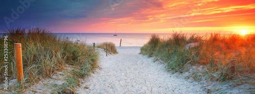 Fotoposter Zee zonsondergang am Strandübergang - Auszeit genießen