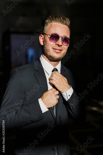Photographie  Portrait of a young male businessman in stylish clothes in sunglasses