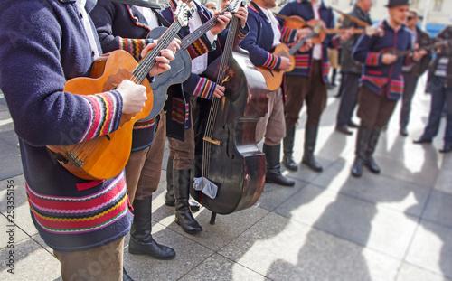 Carta da parati Traditional Croatian musicians in Slavonian costumes play in the city square