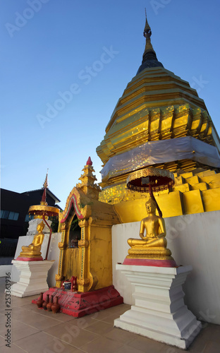 Złoty Chedi i Buddhas o zachodzie słońca, Chiang Mai, Tajlandia