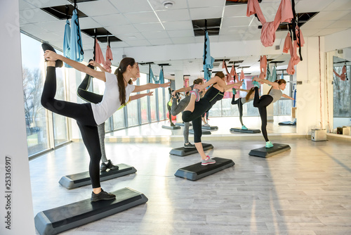 Fotografía  Group of women in gym making balancing exercises