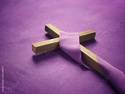 Fotografia Good Friday, Lent Season and Holy Week concept - A religious cross on purple background