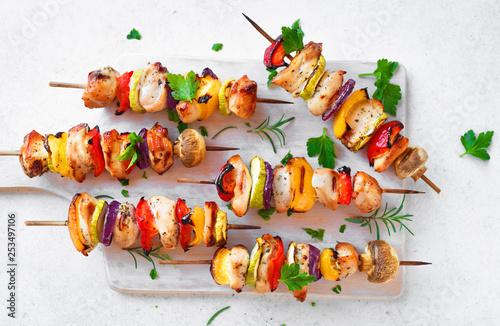 Fotografía Chicken and vegetable skewers