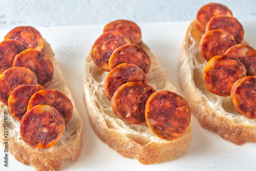 Foto  Sandwich with spanish chorizo on the plate