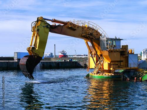 Valokuvatapetti Backhoe Dredger MP40 dredging operations in harbour.