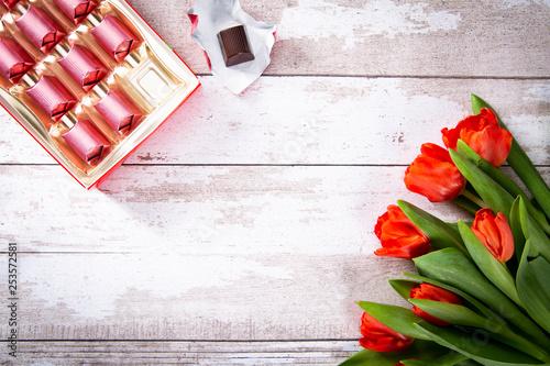 Kwiaty i cukierki na Dzień Matki. - fototapety na wymiar