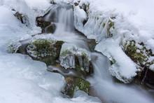 Eisformationen An Kleinem Gebirgsbach