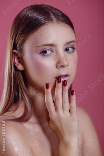 Fototapeta glamor woman in glasses on a pink background obraz