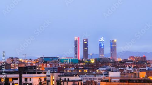 Obraz na płótnie wieżowce Madrytu z mojego okna wieczorem. Madryt, Hiszpania