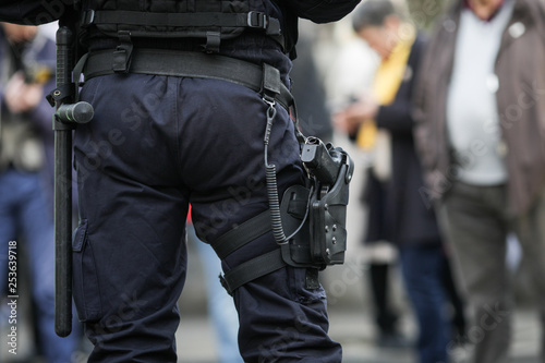 Fotografía  Details of the security kit of a riot police officer, including handcuffs, 9mm h