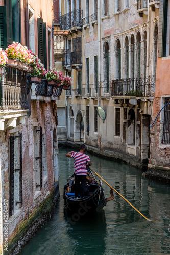 Türaufkleber Gondeln Italy, Venice, Gondolier navigating a gondola near San Moise on a canal