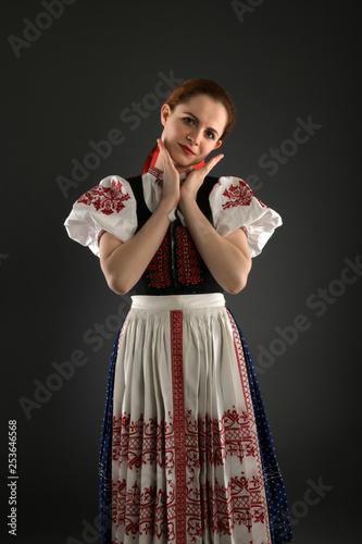 Fotografía  Slovak folklore. Slovakian folklore girl.