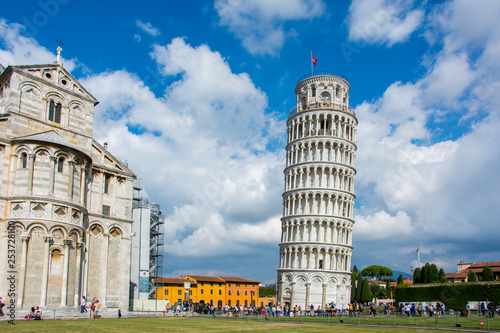 Carta da parati The Leaning Tower of Pisa, Italy, with the dramatic sky
