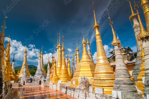 Canvas Print Golden stupas, Shwe Inn Thein Paya, Inthein, Inle Lake, Myanmar.