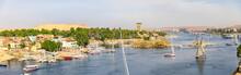Assuan Mit Blick Auf Elephantine Mit Segelschiffen In Ägypten Am Nil, Kreuzfahrt.