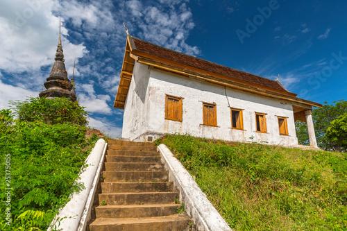 Montage in der Fensternische Huhn Wat Jom Phet in Luang Prabang, Laos.
