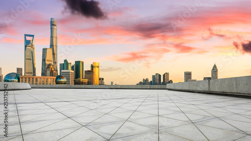 Foto op Canvas Stad gebouw Empty square floor and modern city buildings in Shanghai at dusk