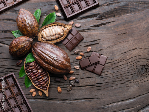 Fotografía Cocoa pod, cocoa beans and chocolate on the wooden table