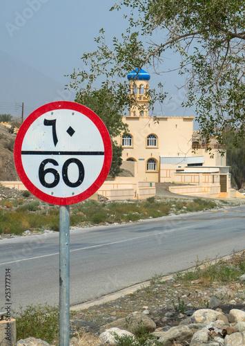 Fotografía  Verkehrsschild, Ortschaft im Oman