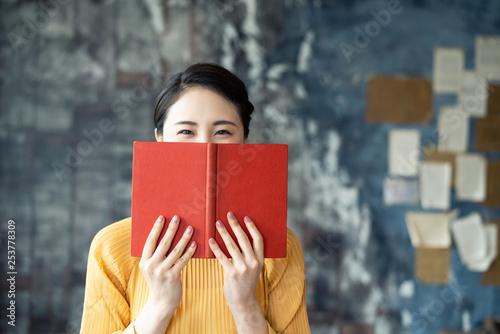 Fotografie, Obraz  本を持つ女性