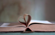 Leinwanddruck Bild - heart shaped old book