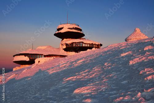 Obserwatorium na szczycie góry, zachód słońca, Sudety