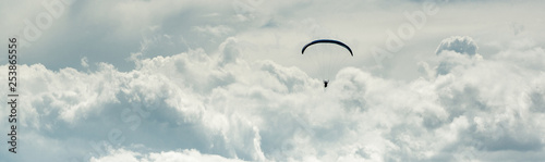 Photo  Horizontal cropped image paraglider over cloudy sky background