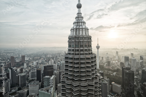 Poster de jardin Kuala Lumpur View of one of the towers of the Petronas Twin Towers