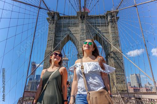 Obraz Girls having fun at New York, Brooklyn Bridge - fototapety do salonu
