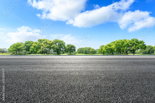 Foto  Asphalt road and green forest landscape in summer season