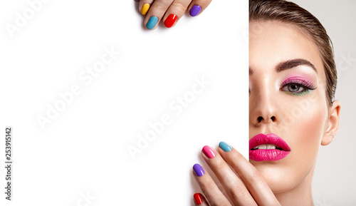 Plakaty do kosmetyczki  beautiful-woman-with-a-colored-manicure-holds-blank-poster