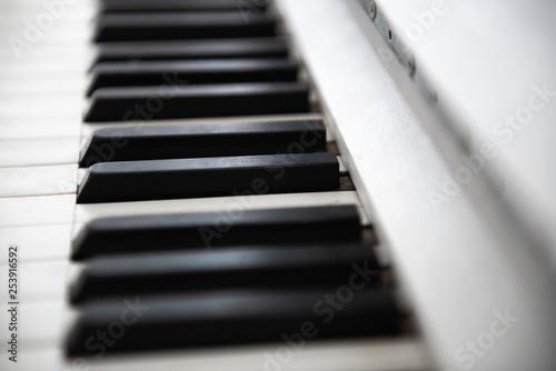 Białe zabytkowe klawisze fortepianu