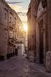 Kleine Gasse in Bari, Italien bei Sonnenuntergang