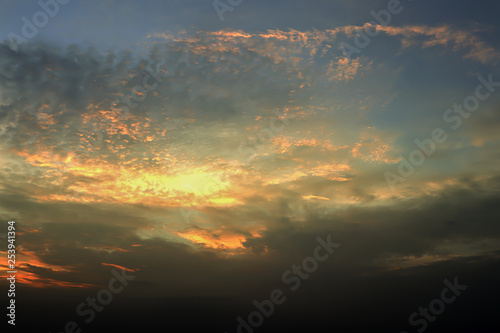 Foto  Dramatic atmosphere panorama view of tropical beautiful twilight sky and clouds background in summer