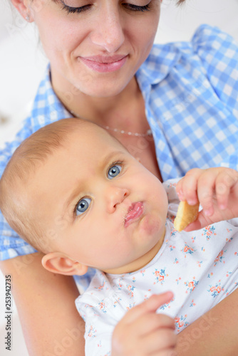 Fotografia, Obraz  mum feeds the baby
