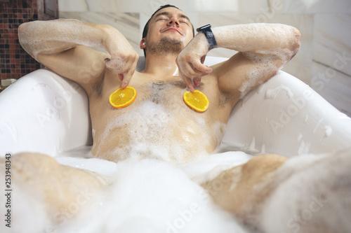 Foto Funny guy washing his bath
