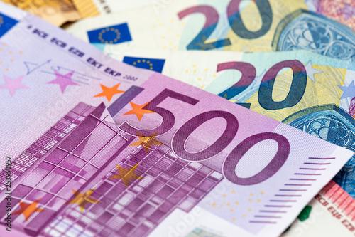 Fotografia  Billet de 500 euros en gros plan, parmi des billets de 50, 20 et 10 euros