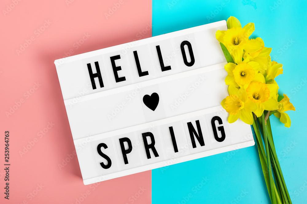 Piękne żółte Kwiaty żonkili Lightbox Z Cytatem Witaj Wiosna