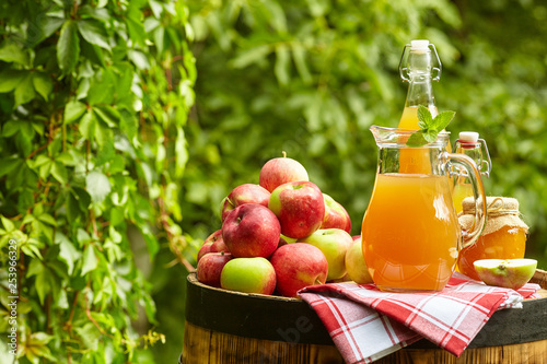 Valokuva apples on background orchard standing on a barrel