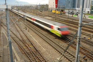 Pociąg kolejowy w drodze, Genewa, Szwajcaria