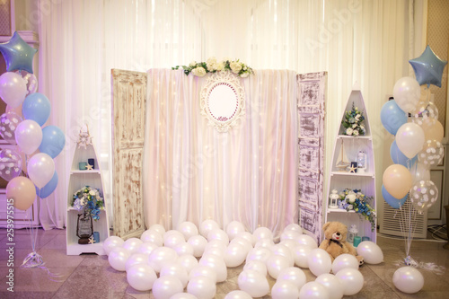 Fotografiet close up photo of a wooden backdrop decorated with tule and flowers surrounded b