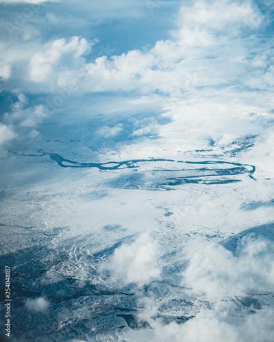 Widok z lotu ptaka Islandii. Widok z lotu ptaka niesamowite krajobrazy Islandii, wzory lodowców, góry, rzeki i kształty. Piękne naturalne tło. Islandia z nieba.