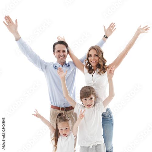 Szczęśliwa rodzina z podniesionymi rękami