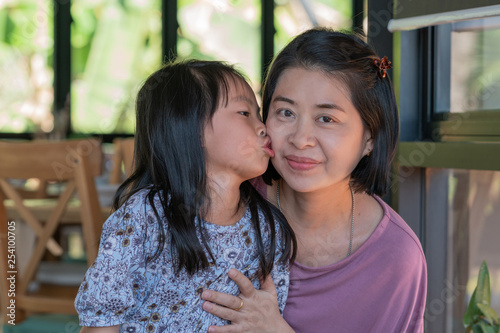 Fotografia  Daughter kissing mother