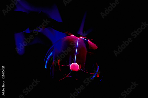 Fotografía  Electric plasma ball on a dark background